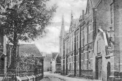 Kapellestraat met kerk en klooster